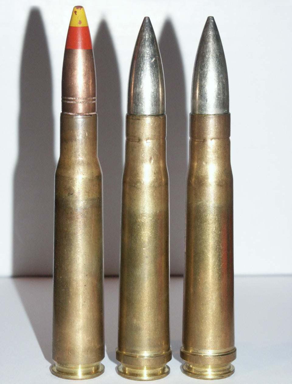 Патроны .50 BMG — слева и два .55 Boys справа