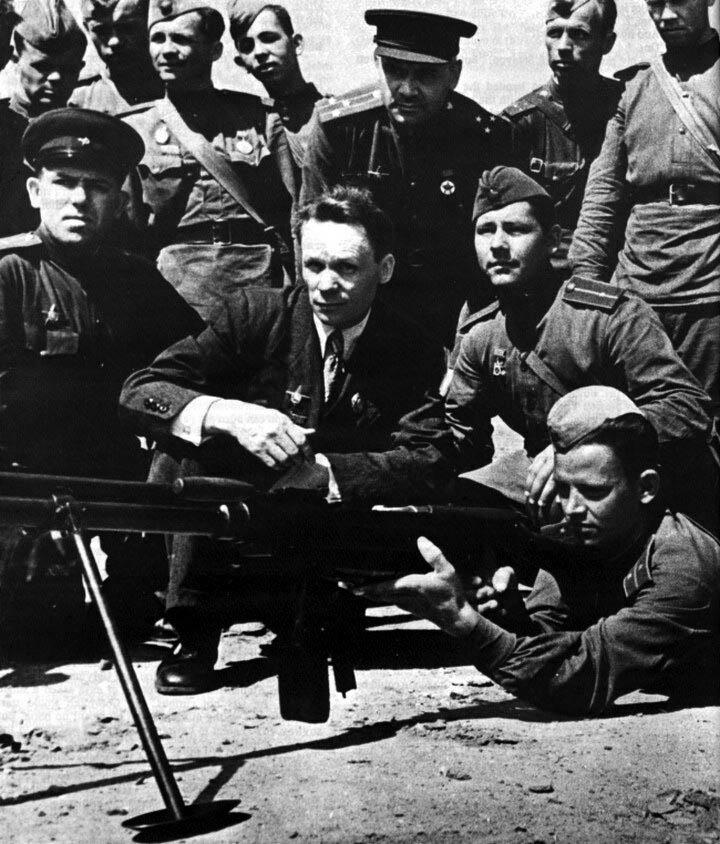 С. Г. Симонов (в центре) на испытании новой версии ПТРС