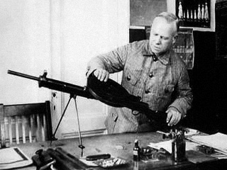 Василий Алексеевич Дегтярёв со своим пулемётом ДП