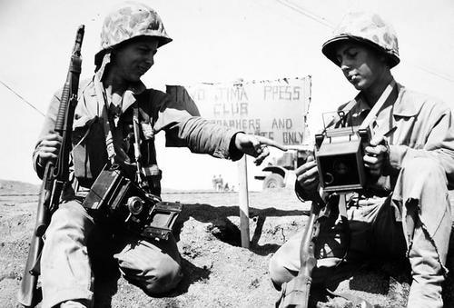 Американские военные корреспонденты на Иводзиме. Они вооружены Winchester M1912 Trench Gun и карабином M1