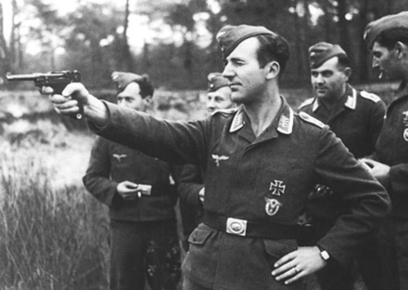 Унтер-офицер люфтваффе стреляет из пистолета «Парабеллум» Р.08.
