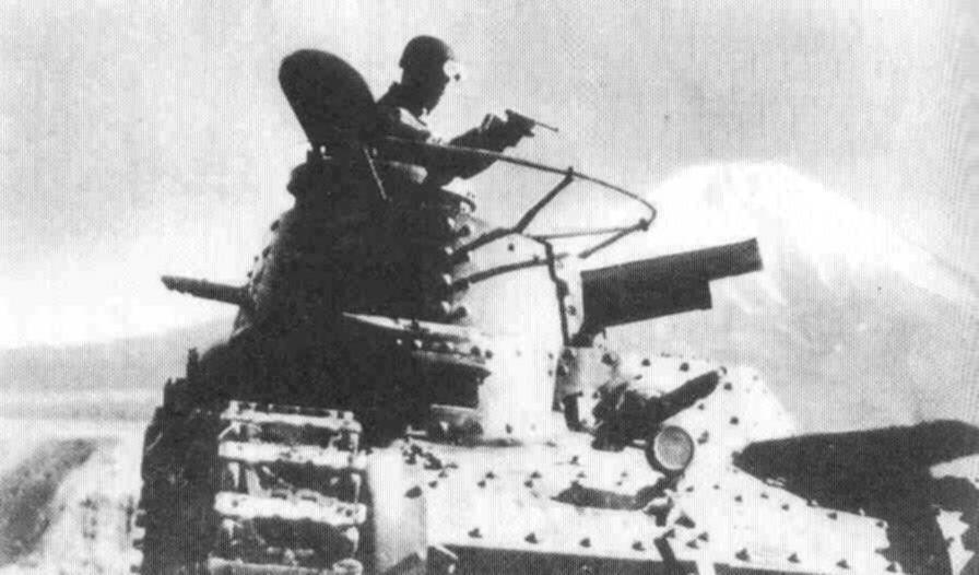 Японский танкист ведет огонь из пистолета Намбу Тип 14