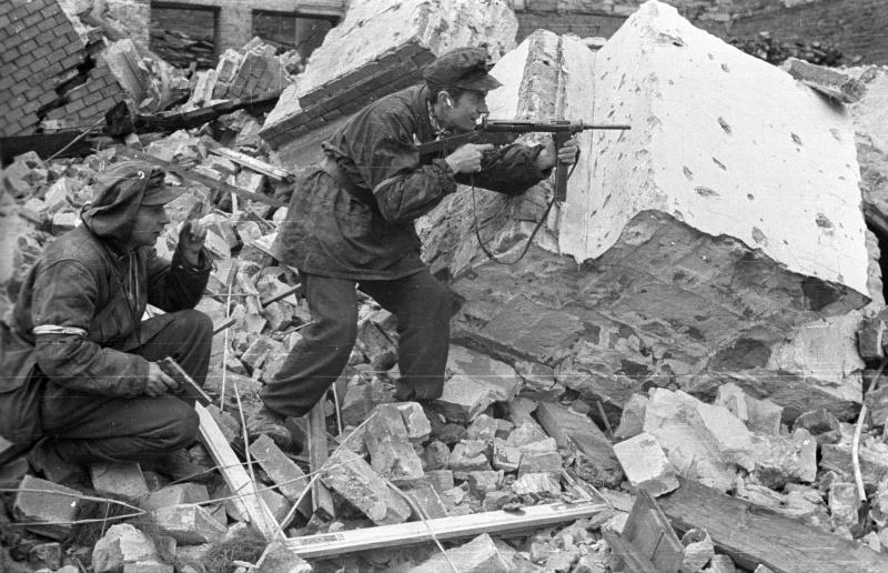 Варшавские повстанцы вооруженные пистолетом Vis wz. 35, и пистолетом-пулеметом «Блыскавица»