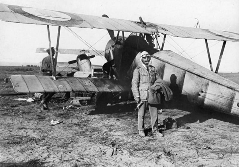 Британский пилот с пистолетом Webley & Scott Mark I No. 2
