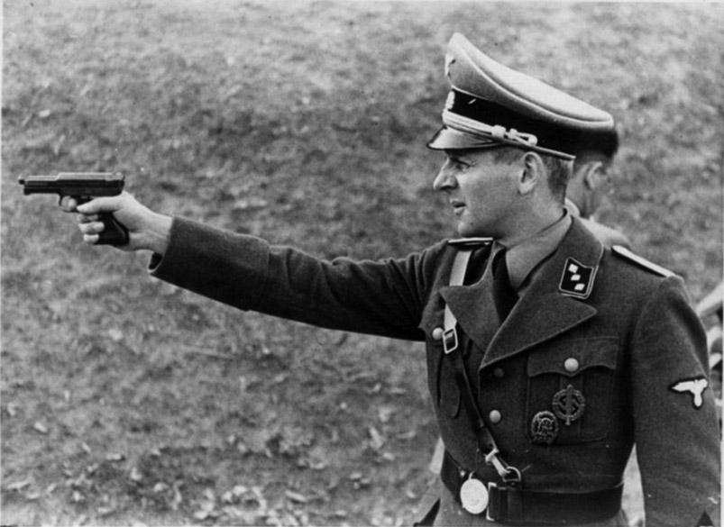 Офицер СС стреляет из пистолета Mauser M1934