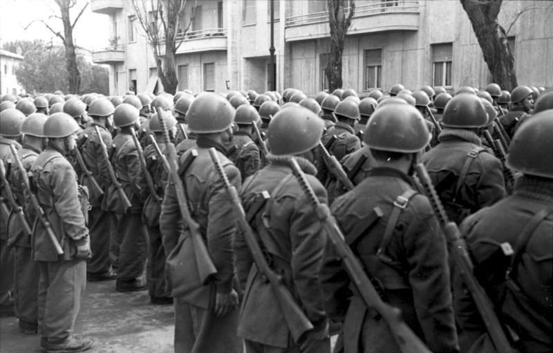 Итальянские солдаты с пистолетами-пулемётами Beretta M1938