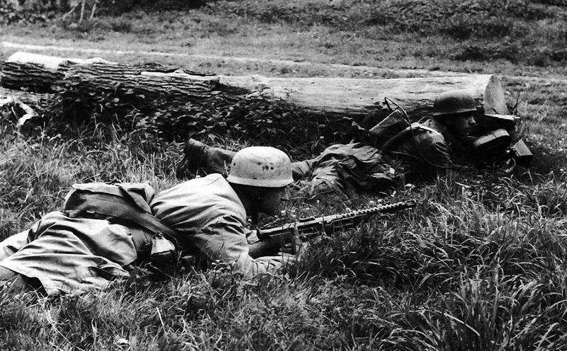 Немецкие парашутисты с итальянскими пистолетами-пулемётами Beretta M1938