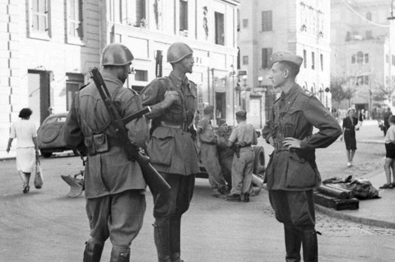 Итальянские солдаты с пистолетами-пулемётами Beretta M1938 с примкнутыми складными штыками