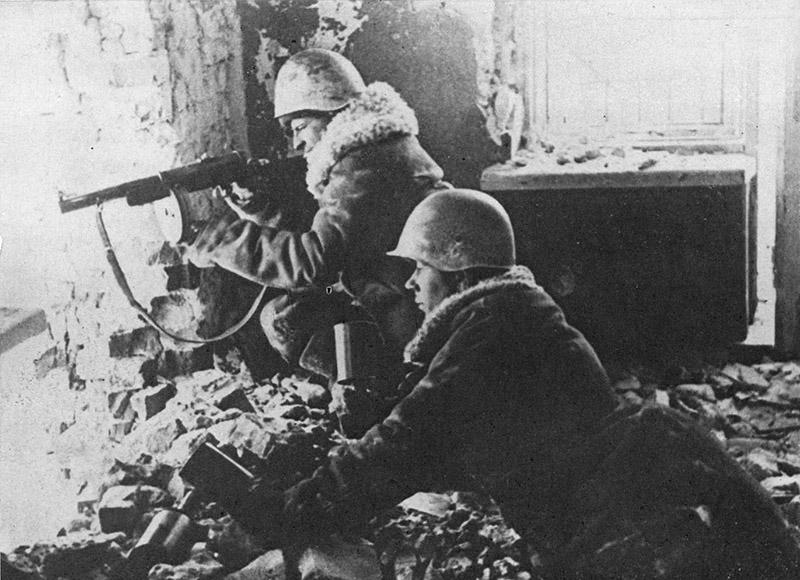 Советские бойцы в бою на окраине Шлиссельбурга. Январь, 1942 года
