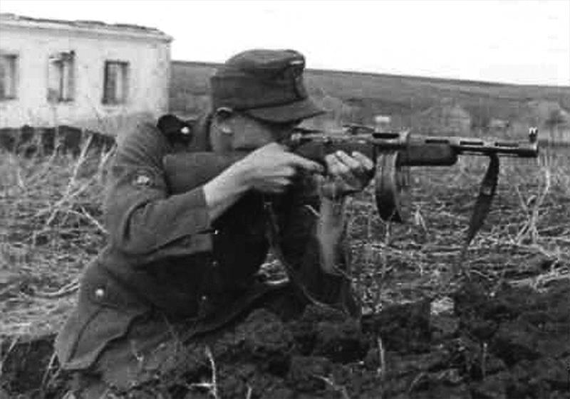 Немецкий солдат ведёт огонь из трофейного ППД-40