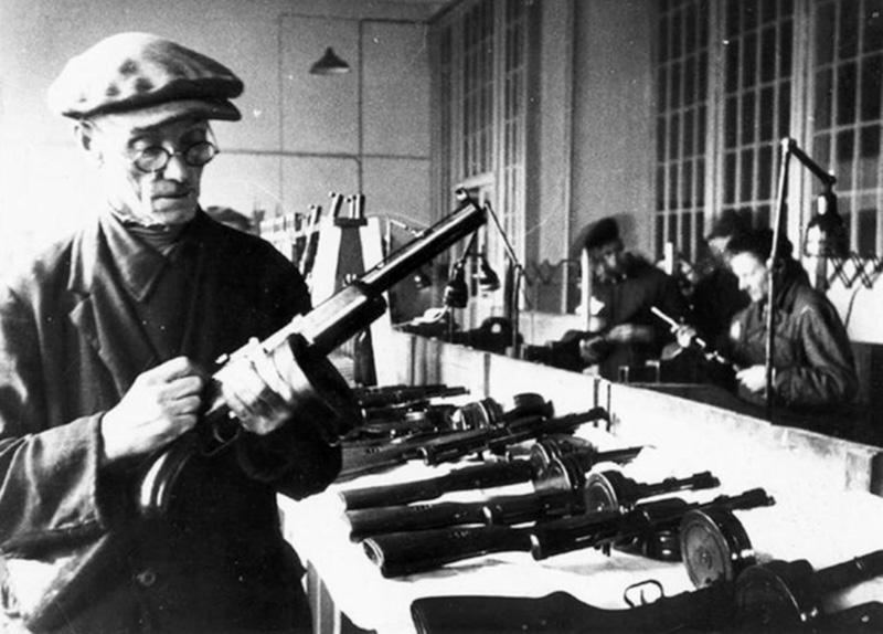 Контрольный мастер осматривает готовые пистолеты-пулеметы ППД-40 перед отправкой на фронт