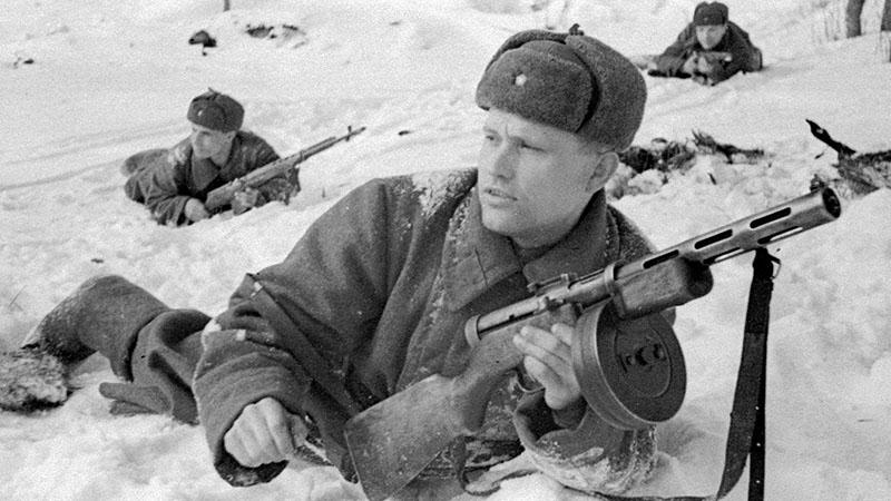 Красноармейцы залегли на снегу в ожидании сигнала. На переднем плане в руках бойца пистолет-пулемет ППД-40, у бойца слева — самозарядная винтовка Токарева (СВТ-40)