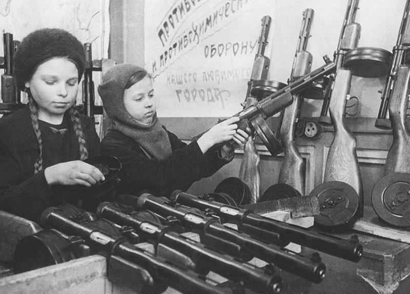 Девочки-подростки на сборке автоматов ППД-40 на Сестрорецком инструментальном заводе в блокадном Ленинграде