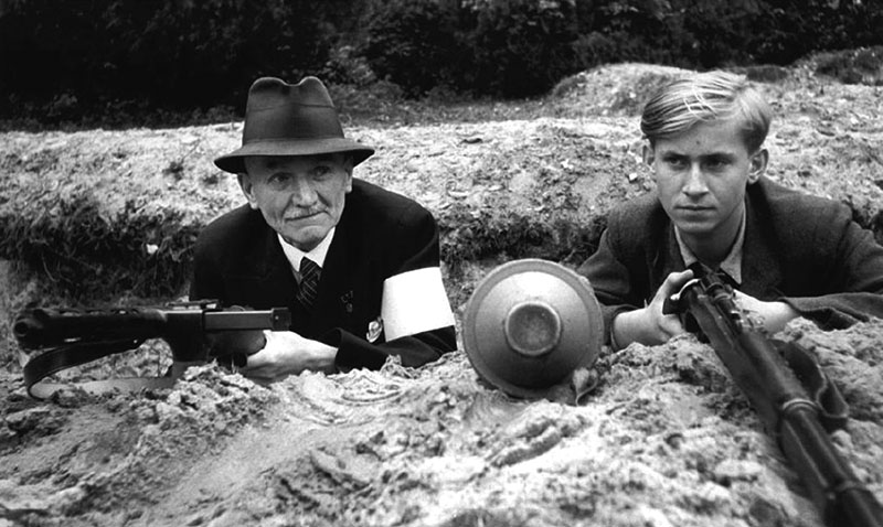 Солдаты СС с пистолет-пулеметами EMP