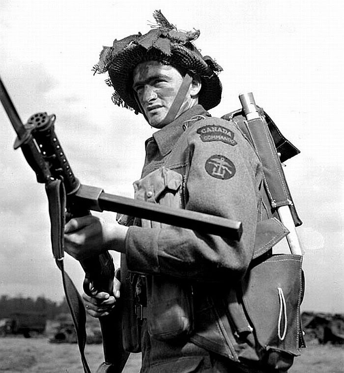 Канадский коммандос с пистолетом-пулемётом Lanchester