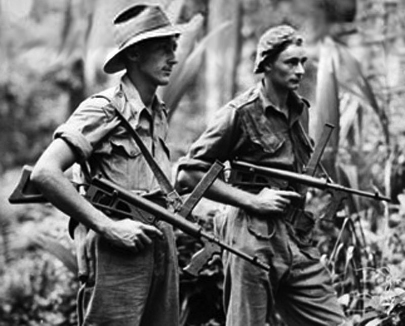 Австралийские солдаты, вооруженные пистолетами-пулемётами Owen Mk1/43