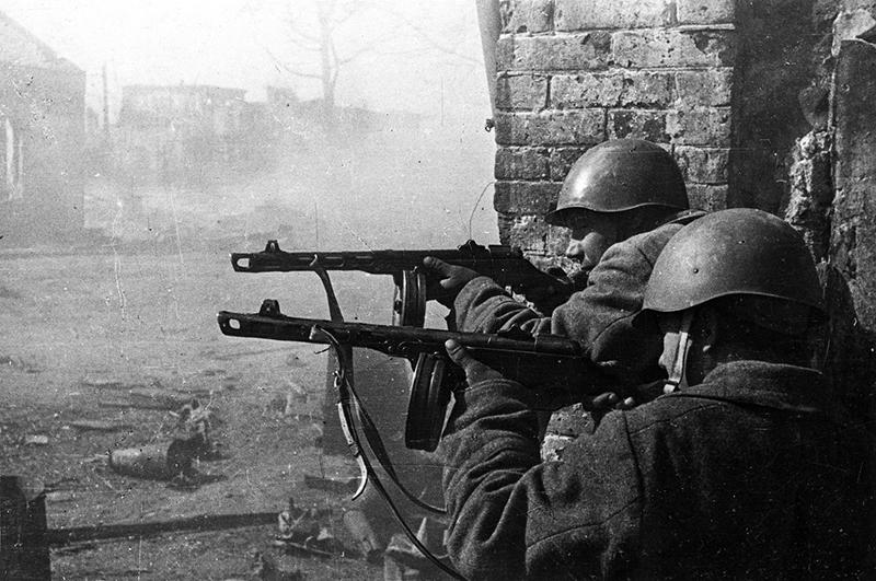 Советские бойцы в уличном бою в Сталинграде