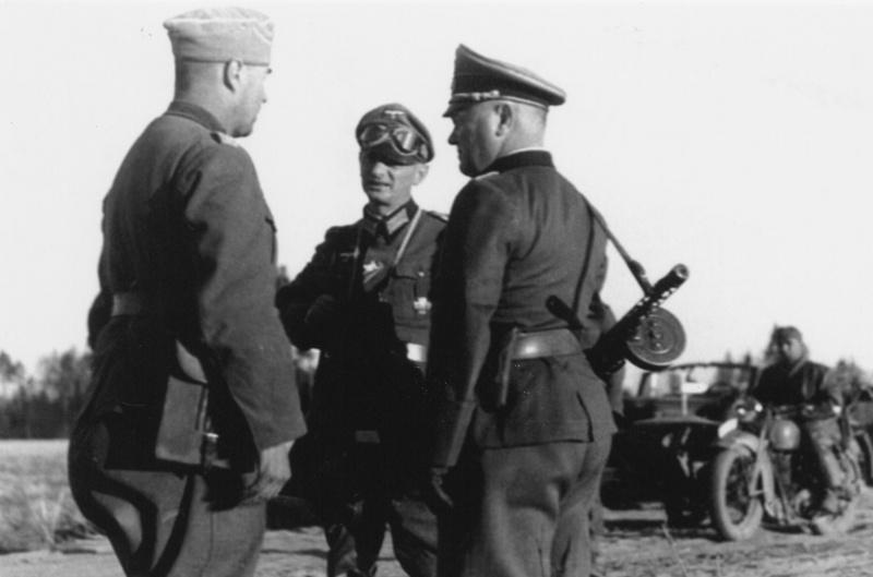 Немецкие офицеры с трофейным ППШ