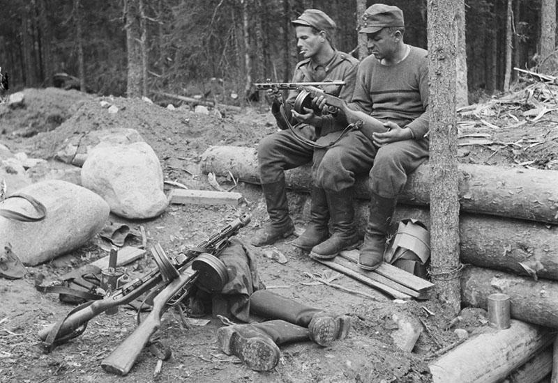 Финские солдаты рассматривают пистолет-пулемёт ППШ-41 у захваченного блиндажа