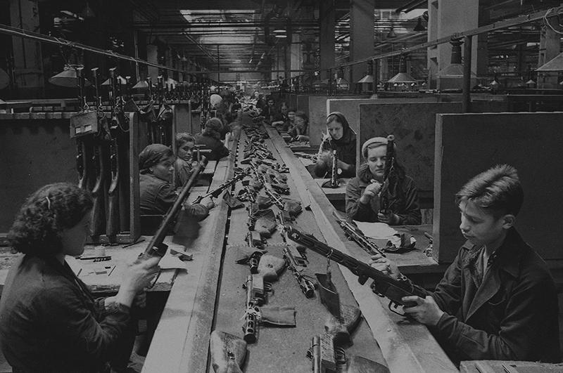 Конвейер сборки автоматов ППШ-41 на заводе имени Сталина в Москве