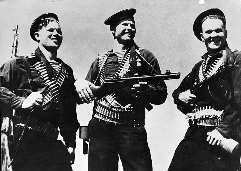 Советские матросы, вооруженные автоматами ППШ и винтовкой Мосина