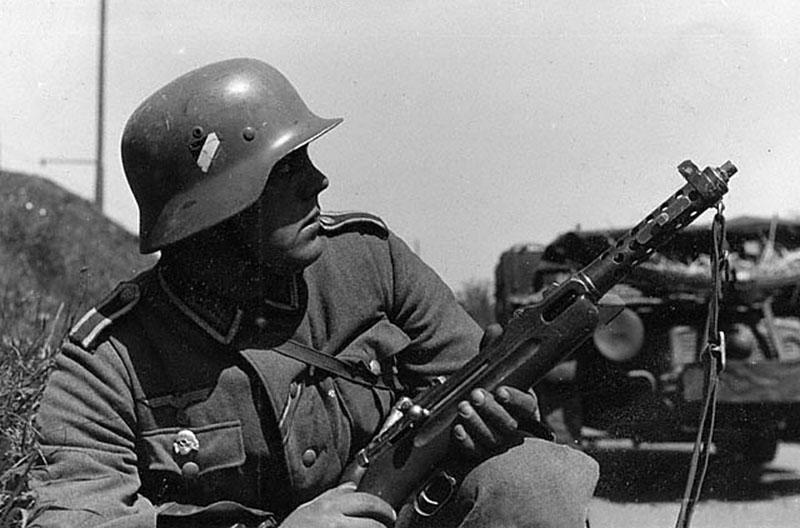 Немецкий солдат с пистолетом-пулемётом MP.34(ö)