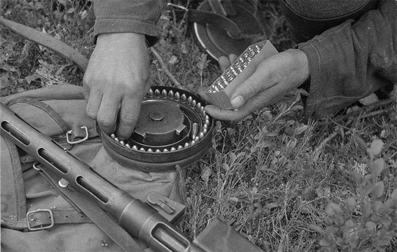 Пистолет-пулемёт Suomi KP/31 с коробчатым магазином на 20 патронов.