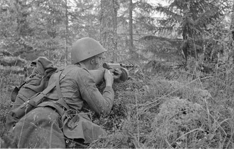 Финский солдат вооруженный Suomi KP/-31 в засаде