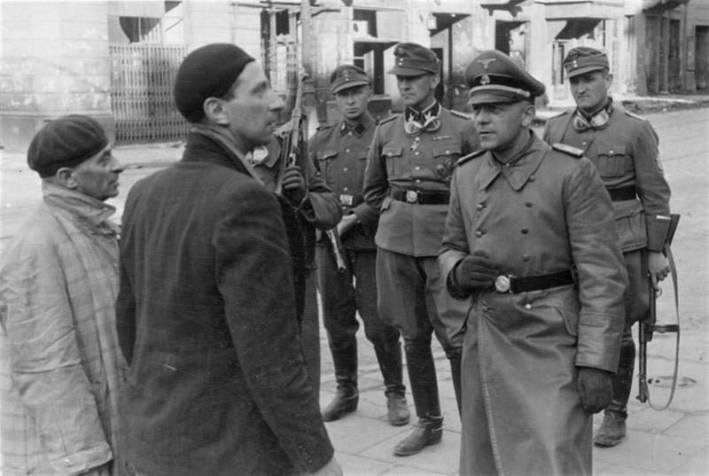 Офицеры СС беседуют с евреями-коллаборационистами в ходе подавления восстания в Варшавском гетто