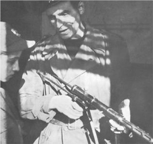 Боец «Чёрных бригад» с пистолетом-пулеметом TZ-45