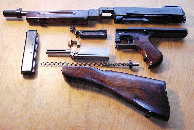 Пистолет-пулемёт Томпсона M1928 с коробчатым магазином в разобранном виде.