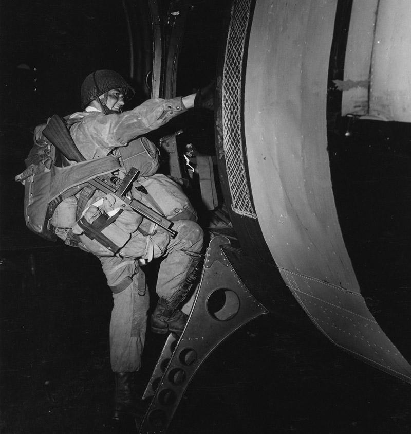 Американский десантник залезает в транспортный самолет C-47 перед началом операции «Оверлорд»
