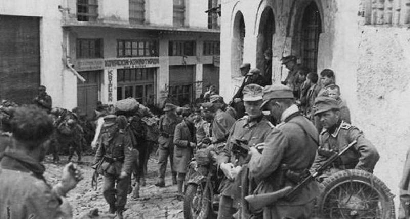 Немецкие войска в Греции, у солдата на переднем плане трофейный Thompson M1928