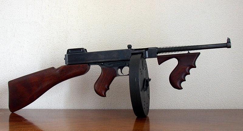Пистолет-пулемёт «Томпсон» М1921 с магазином на 100 патронов.