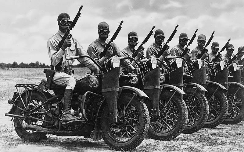/>       <p> Также примечательно приобретение достаточно большой партии «Томпсонов» ИРА, — они были использованы в войне за независимость     Ирландии, правда без какого либо особого эффекта.</p> <p> Однако наибольшую известность в этот период — эпоху «Сухого закона» — «Томпсон» приобрёл всё же как оружие американских гангстеров.     Предотвратить попадание «Томпсонов» в их руки не смог даже введённый в 1928 год государственный контроль за продажей     оружия фирмы <strong>Auto-Ordnance</strong>.</p> <p> В том же 1928 году командование морской пехоты США, участвовавшей в интервенции в Никарагуа, закупило для усиления своих     частей несколько тысяч модифицированных пистолетов-пулемётов <strong>«Томпсон» М1928</strong>. От своего прототипа (М1921)     он отличался наличием дульного тормоза — компенсатора системы Каттса и уменьшенным темпом     стрельбы. Ограниченное использование в вооруженных силах пистолетов-пулемётов М1928 не позволило выявить все потенциальные     возможности оружия. В 1921—1939 годах было выпущено всего 20 000 единиц, причём большую часть — по экспортным заказам.</p> <p> В 1933 году, после громкого убийства гангстерами из банды Вернона Миллера четырёх полицейских на железнодорожной станции     в Канзасе, «Томпсон» был принят на вооружение ФБР с целью адекватного противостояния хорошо вооружённым бандам преступников. </p>      <img src=