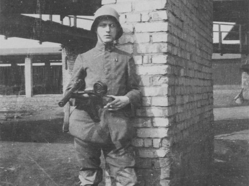 Немецкий солдат, вооруженный MP 18.I