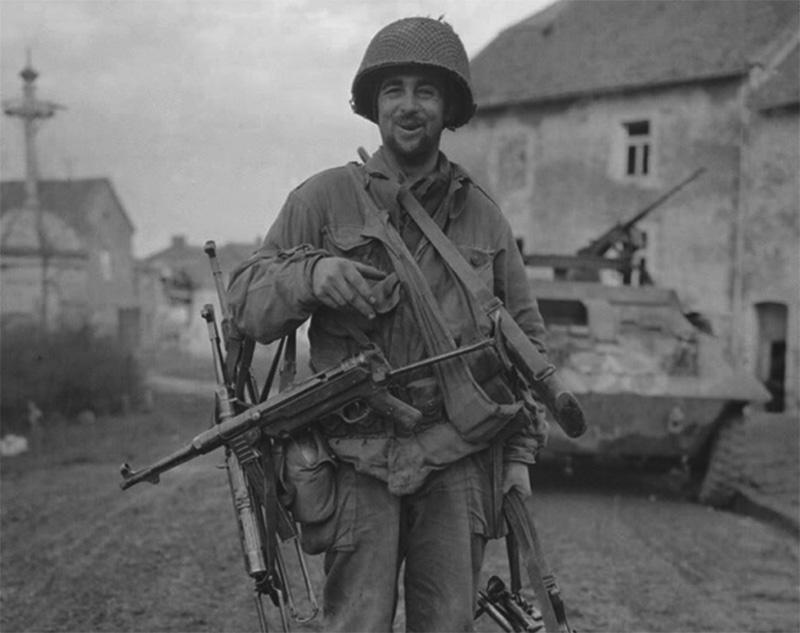 Американский солдат с трофеями