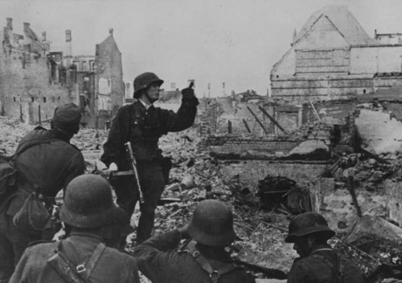 Немецкие солдаты перед атакой