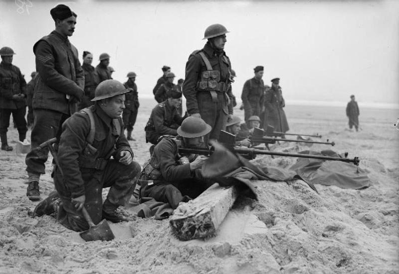 Британские солдаты практикуются в стрельбе из ПТР Boys Mk. I. Франция, 1940 год