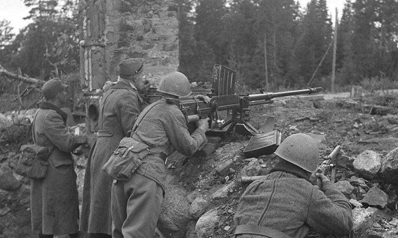 Финские солдаты готовятся вести огонь из противотанкового ружья L-39