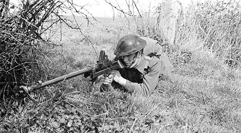 Канадский солдат в положении для стрельбы лёжа с ПТР Boys Mk. I