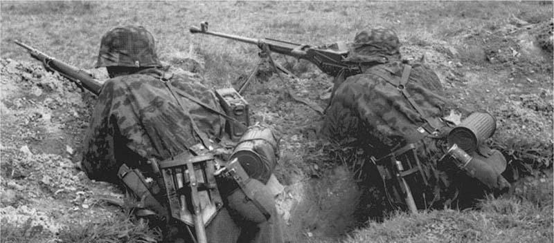 Солдат CC ведет огонь из противотанкового ружья Pz.B.38