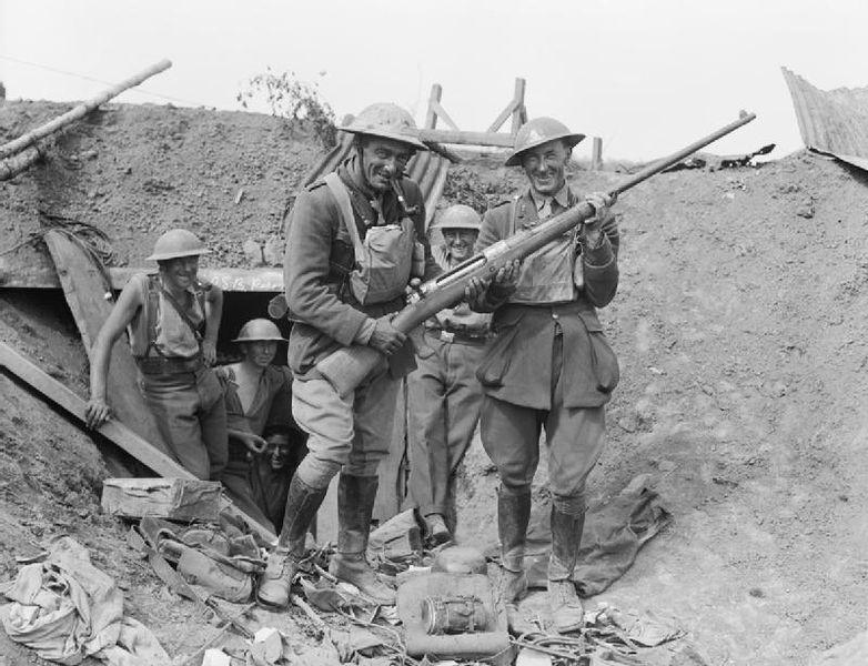 Британские солдаты с трофейным Mauser T-gewehr