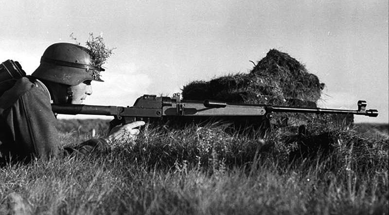 Немецкий бронебойщик с противотанковым ружьём Pz.B.38 на позиции