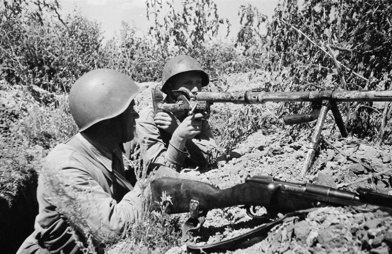 Противотанковый расчет с противотанковым ружьём ПТРД-41 на боевой позиции в ходе боев за Сталинград. На переднем плане видна винтовка Мосина.