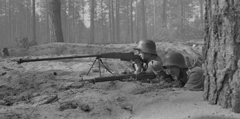 Финские солдаты с противотанковым ружьём PzB 35(p), 1942 год.