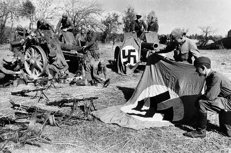 Советские солдаты рассматривают захваченные трофеи