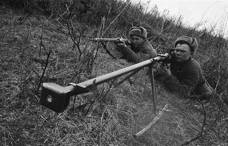 Советский противотанковый расчет с противотанковым ружьём ПТРД-41 на огневой позиции