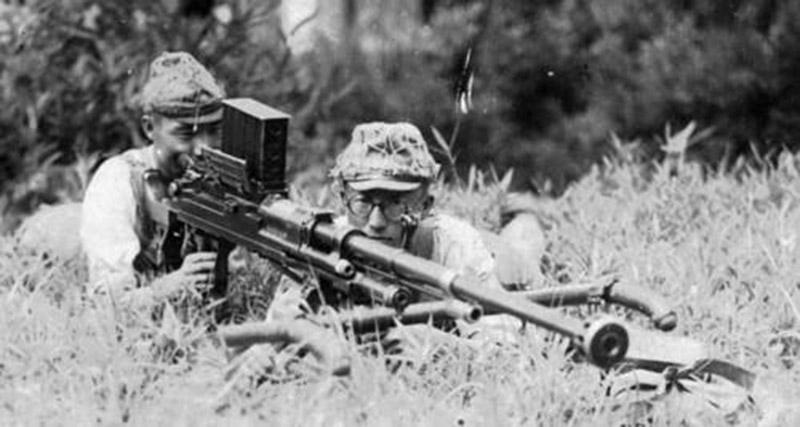 Японский расчет с противотанковым ружьём Тип 97 на позиции
