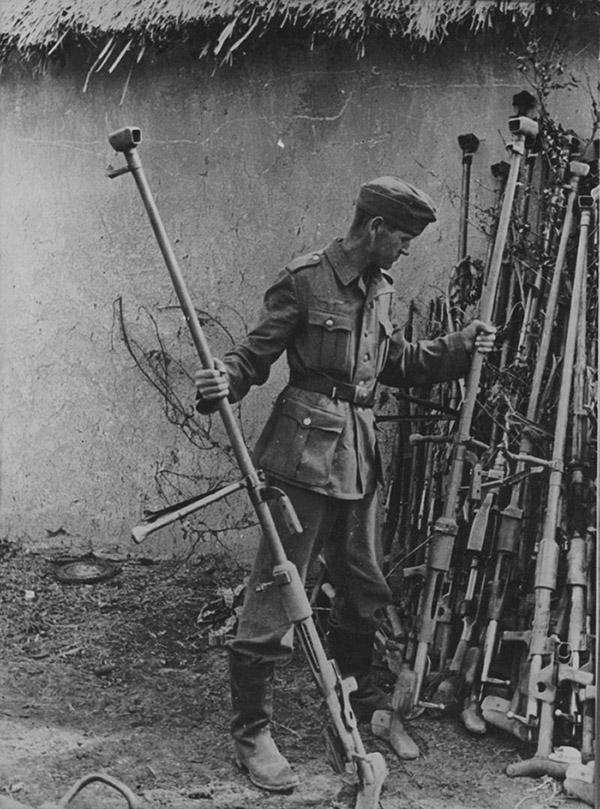 Немецкий солдат осматривает трофейные противотанковые ружья.